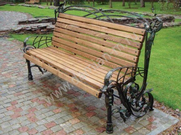 Кованая скамейка с деревянной спинкой