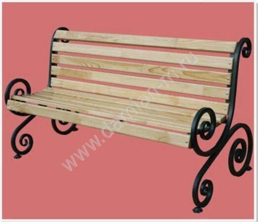 Скамейка с металлическим каркасом и деревянной спинкой